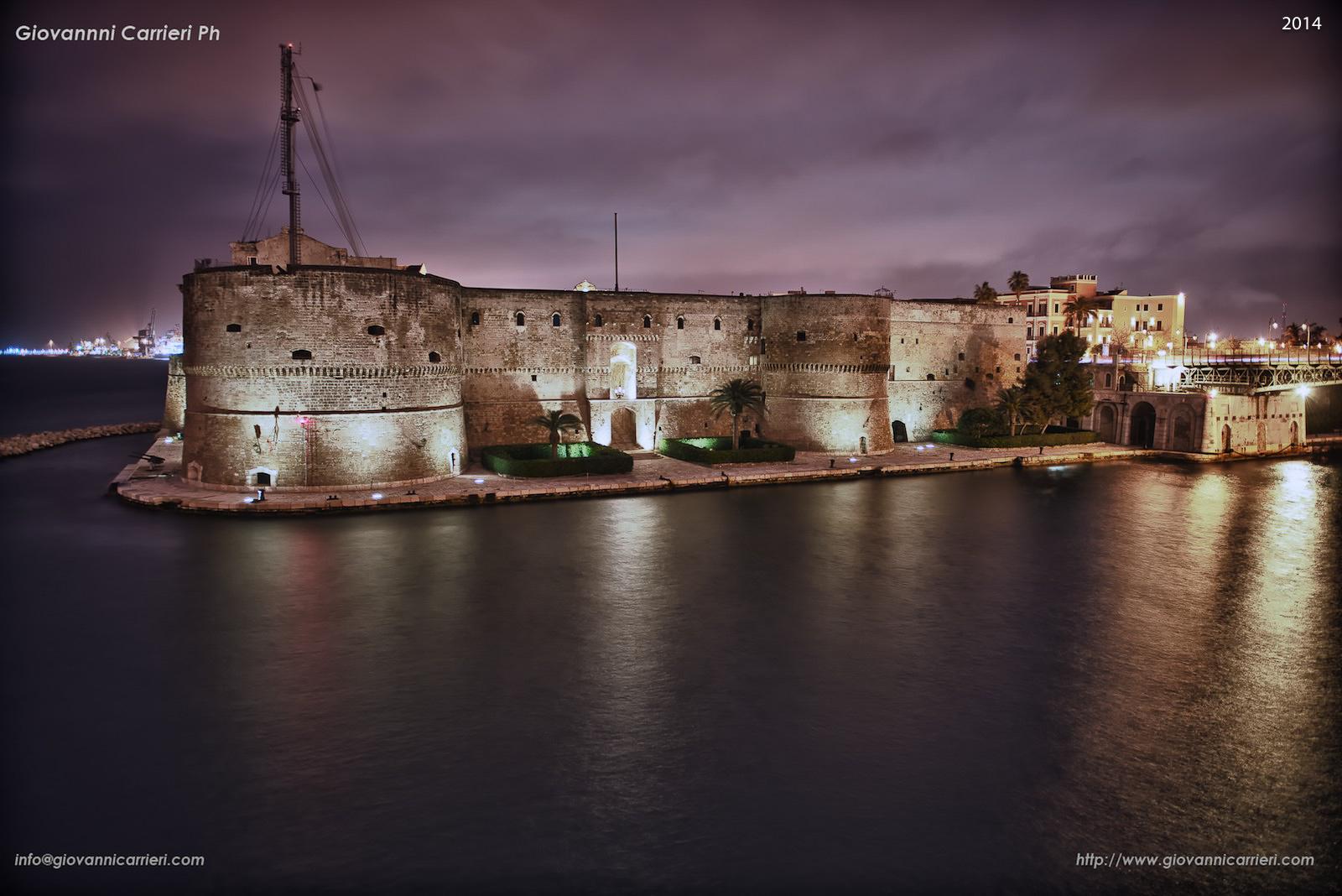 Vista del Castello Aragonese, notturno