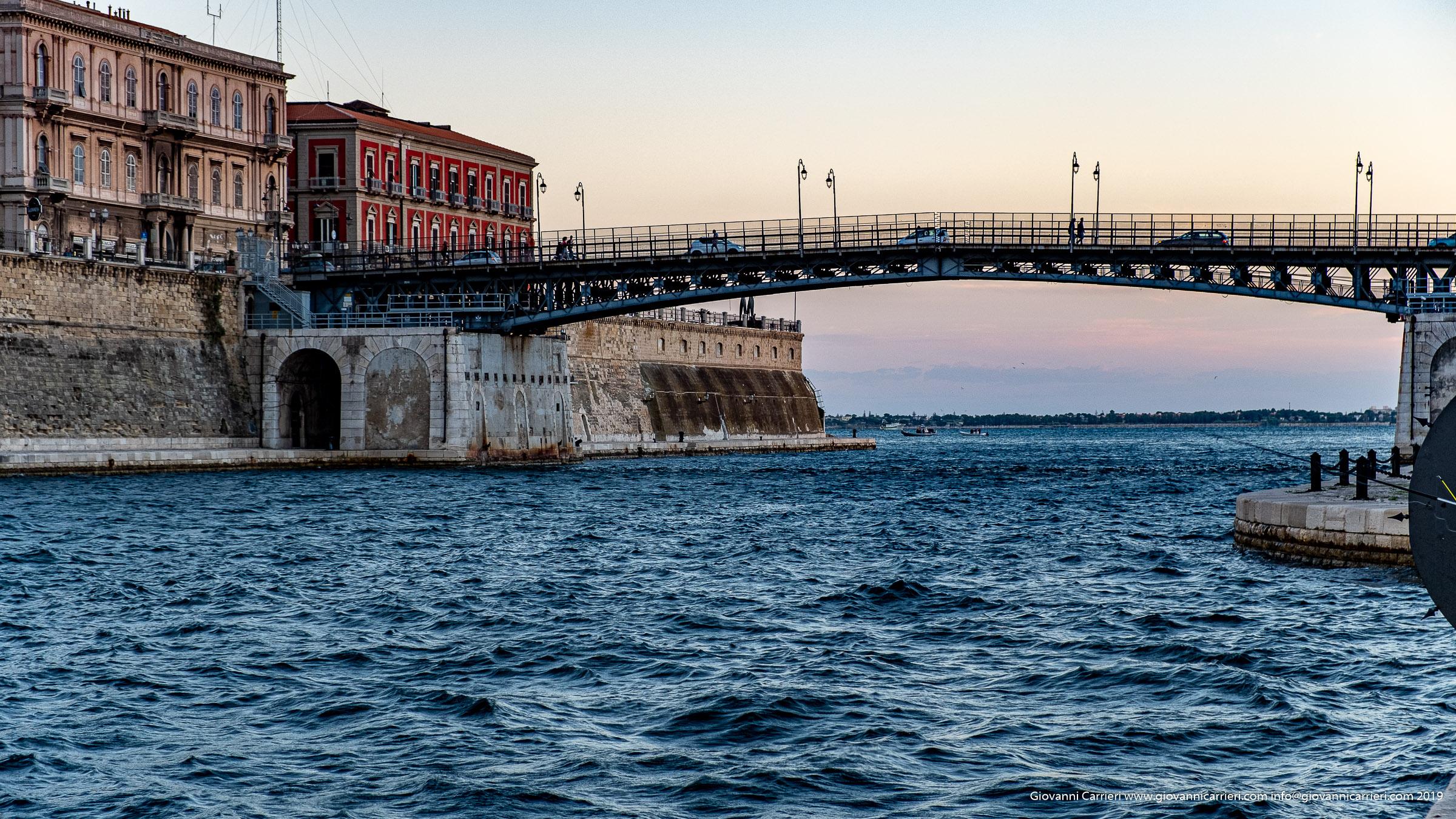 Il ponte girevole ed il Castello Aragonese - Taranto