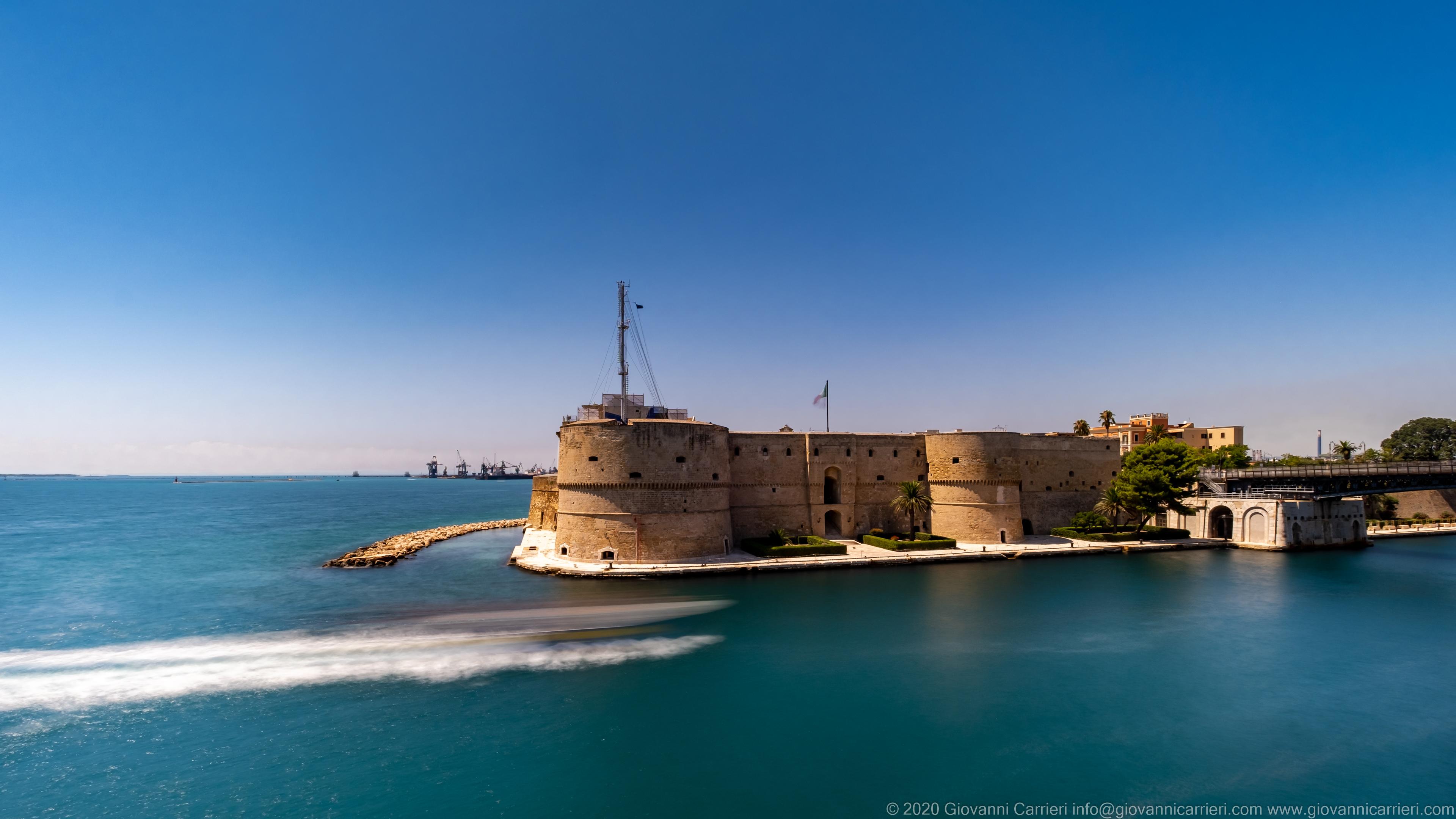Castel Sant'Angelo Il Castello Aragonese di Taranto chiamato anche Castel Sant'Angelo, in una calda ed assolata giornata estiva.