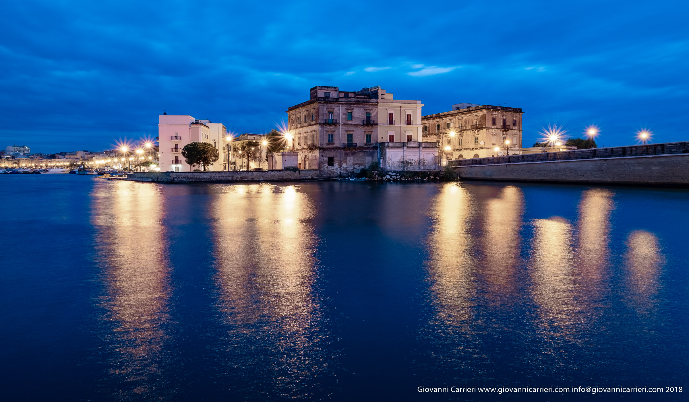 Vista notturna del borgo antico, Taranto