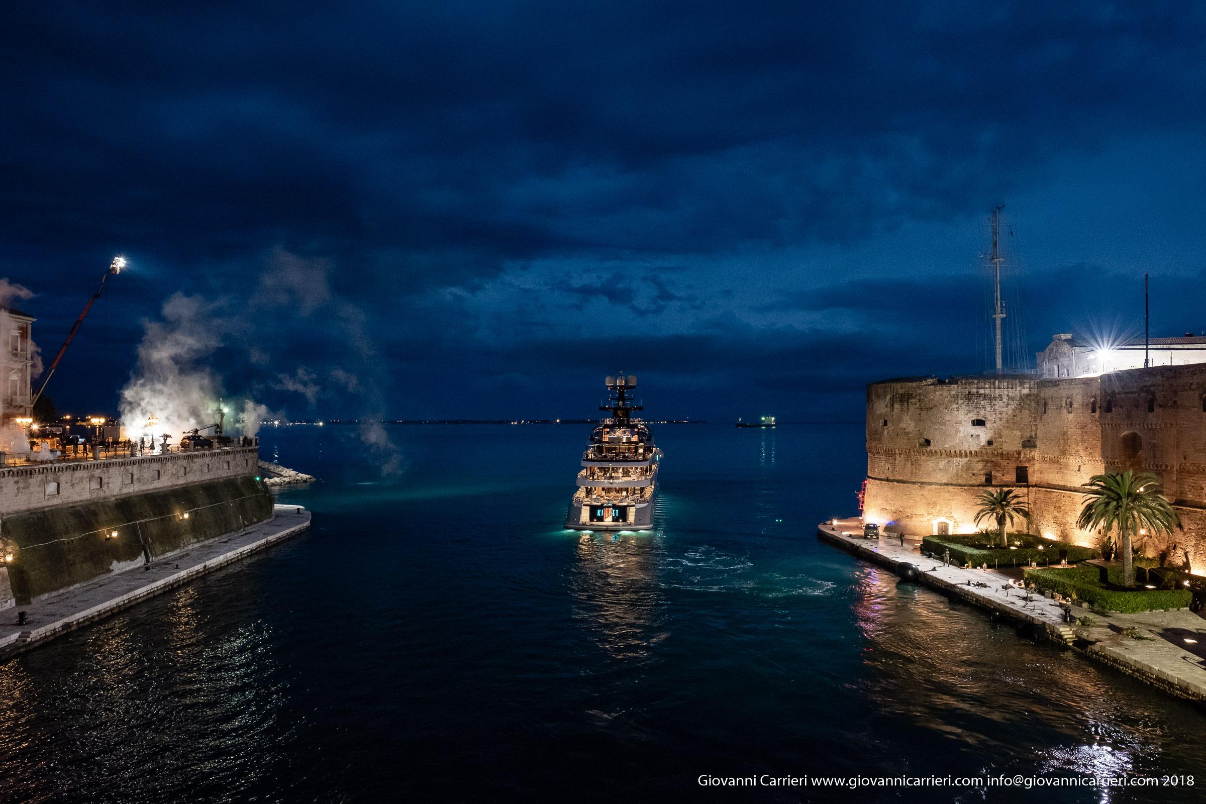 Vista dal ponte girevole durante le riprese del film Six Underground, Taranto