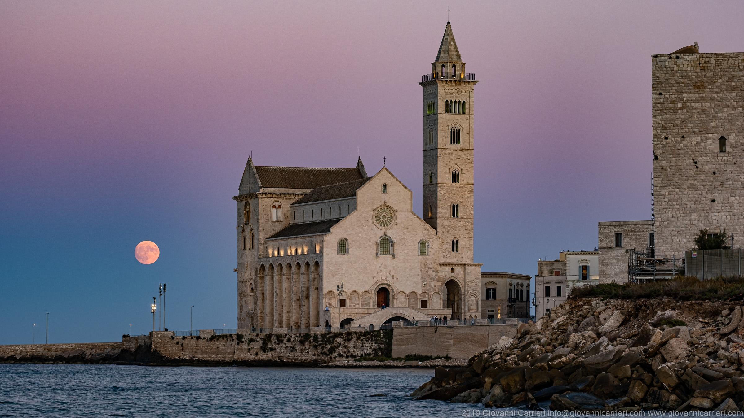 La luna e la Basilica di Trani