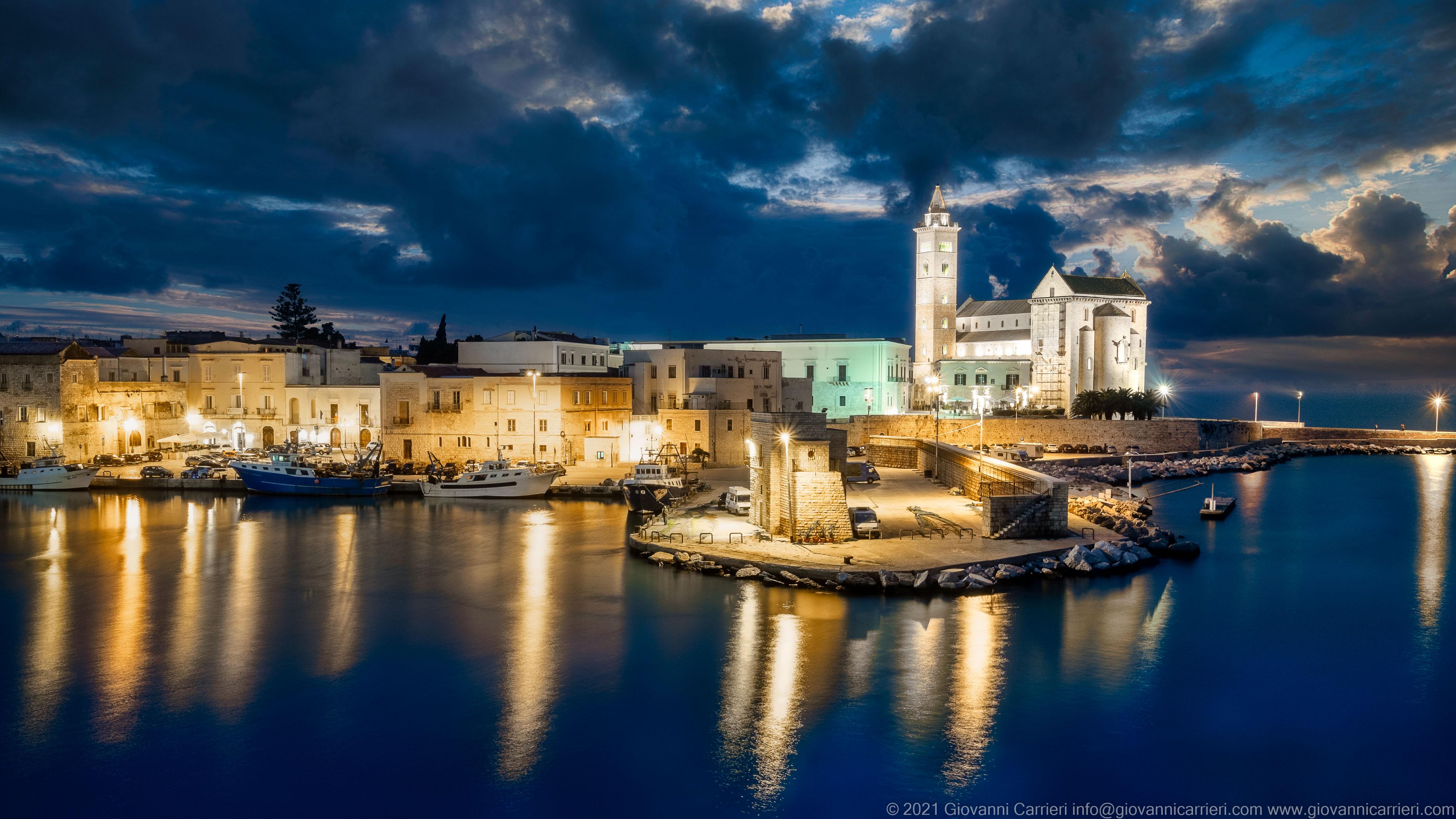 Il porto di Trani in notturna Vista notturna del porto e della Basilica di San Nicola Pellegrino. Trani