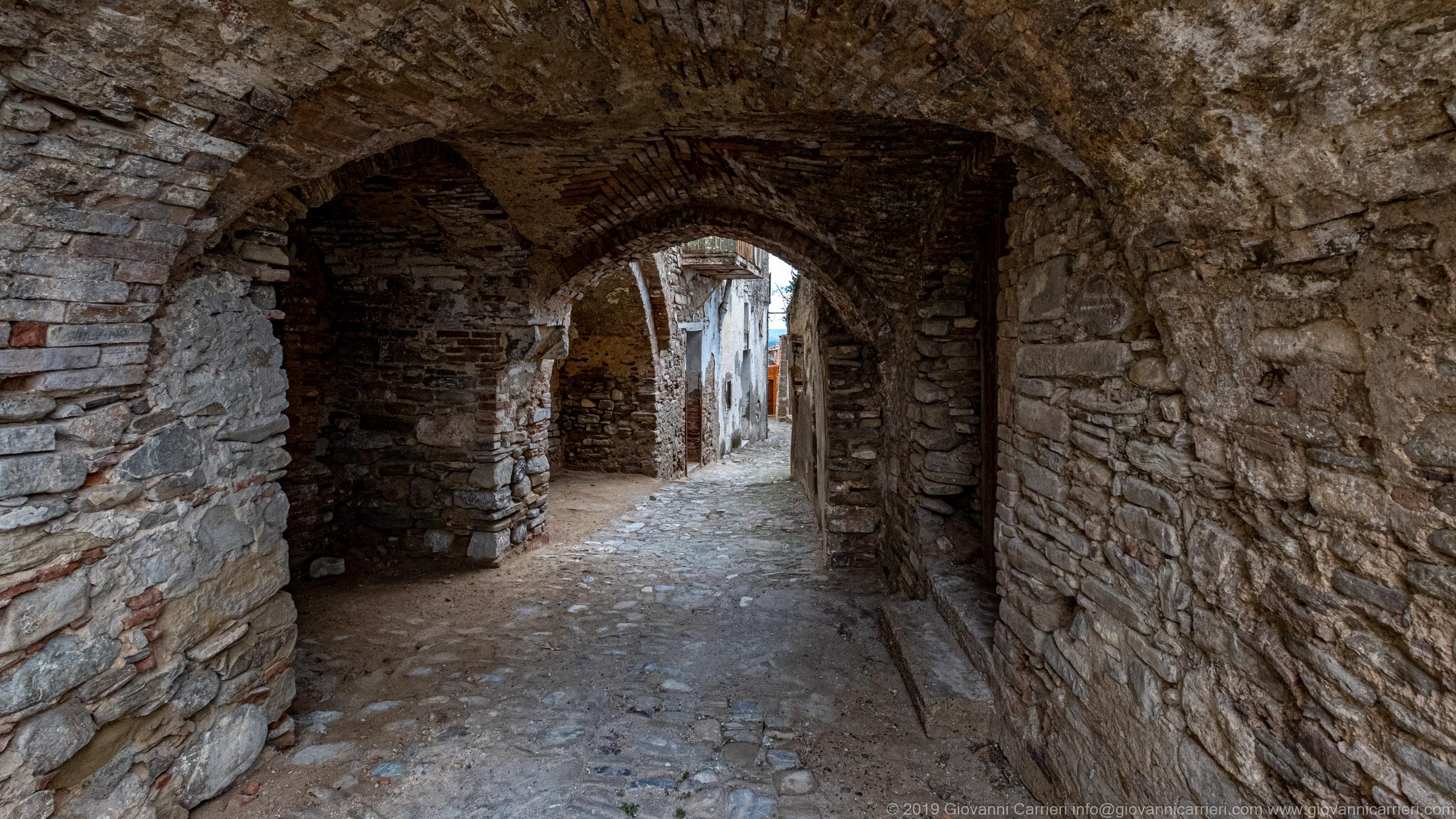 Un portico nel Quartiere Rabatana