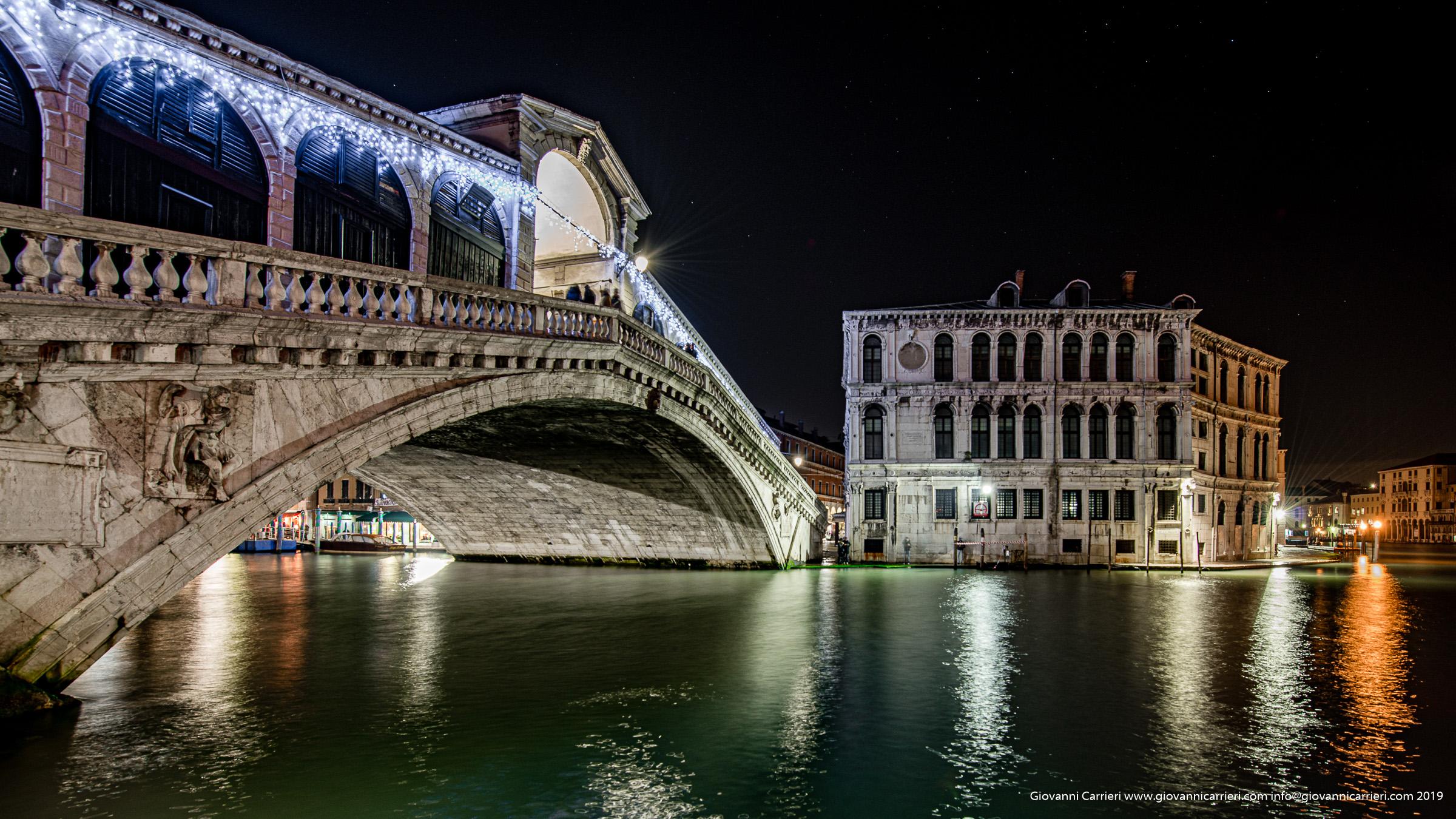 Il ponte di Rialto visto dalla riva di Canal Grande - Venezia