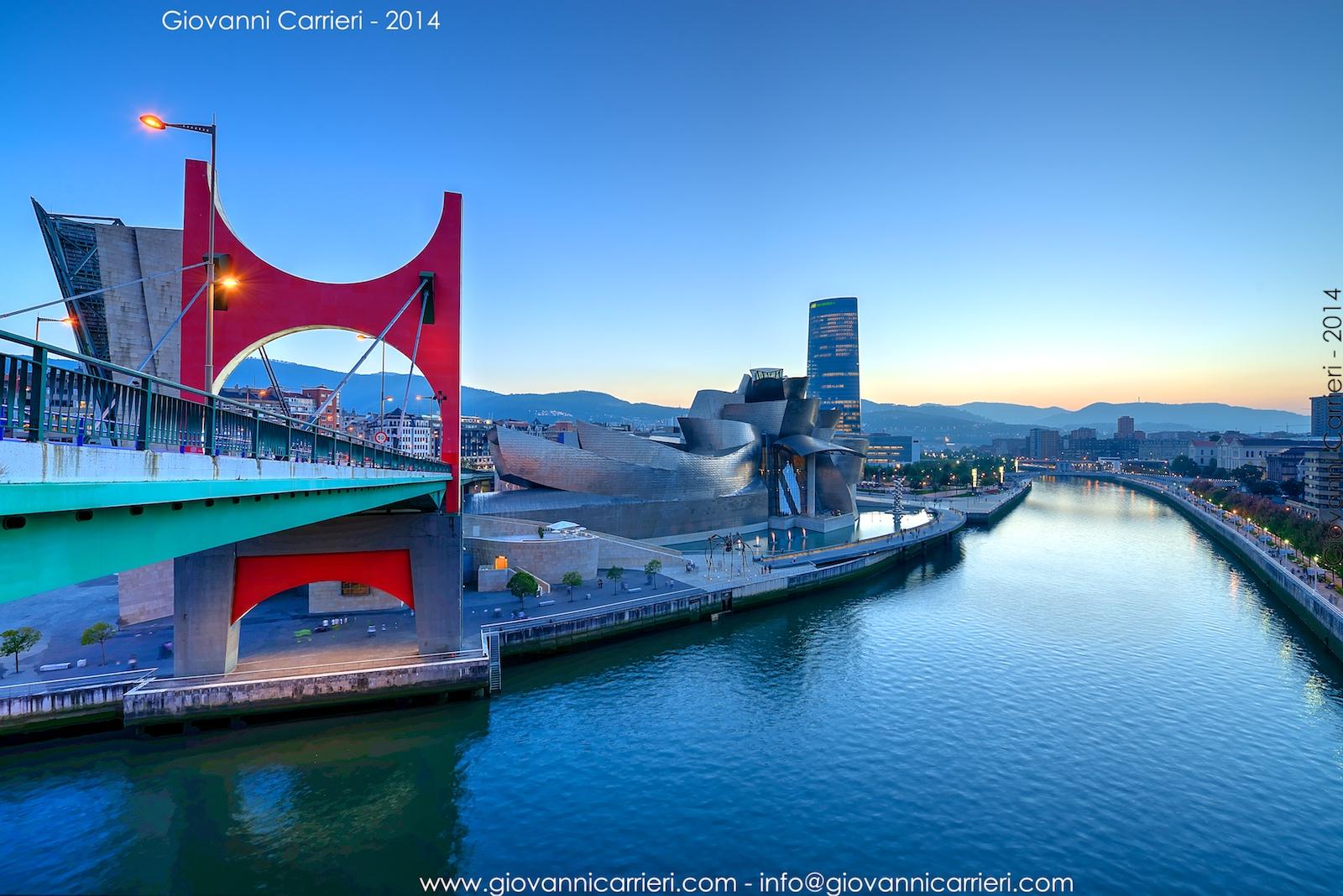 Il panorama di Bilbao: il fiume Nervion, il ponte De la Salve, il museo Guggenheim ed il grattacielo Iberdrola