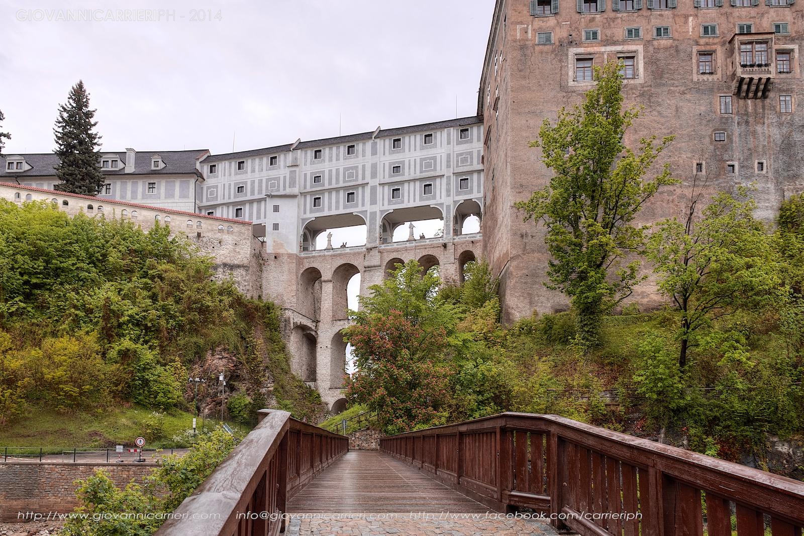 Il ponte del castello di Český Krumlov visto dalla cittadina