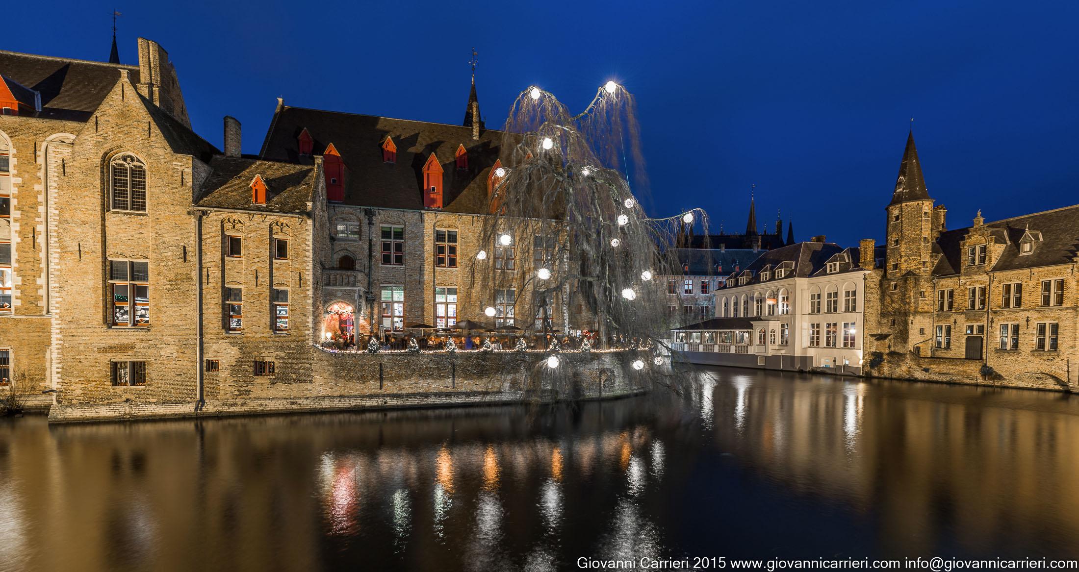 Vista notturna del canale Rozenhoedkaai, Bruges