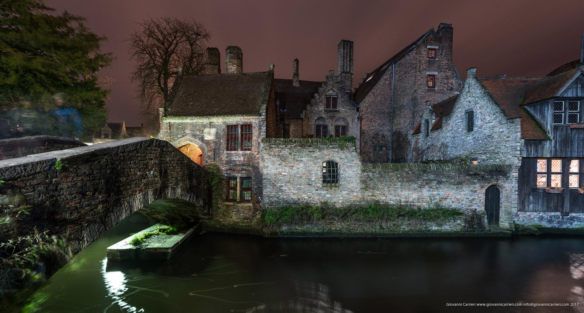 Piccolo ponte situato tra la chiesa Madonna e il parco Gruuthuse, Bruges