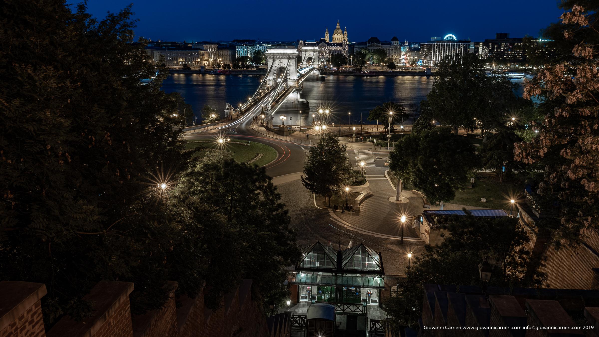 Il ponte di catene di notte