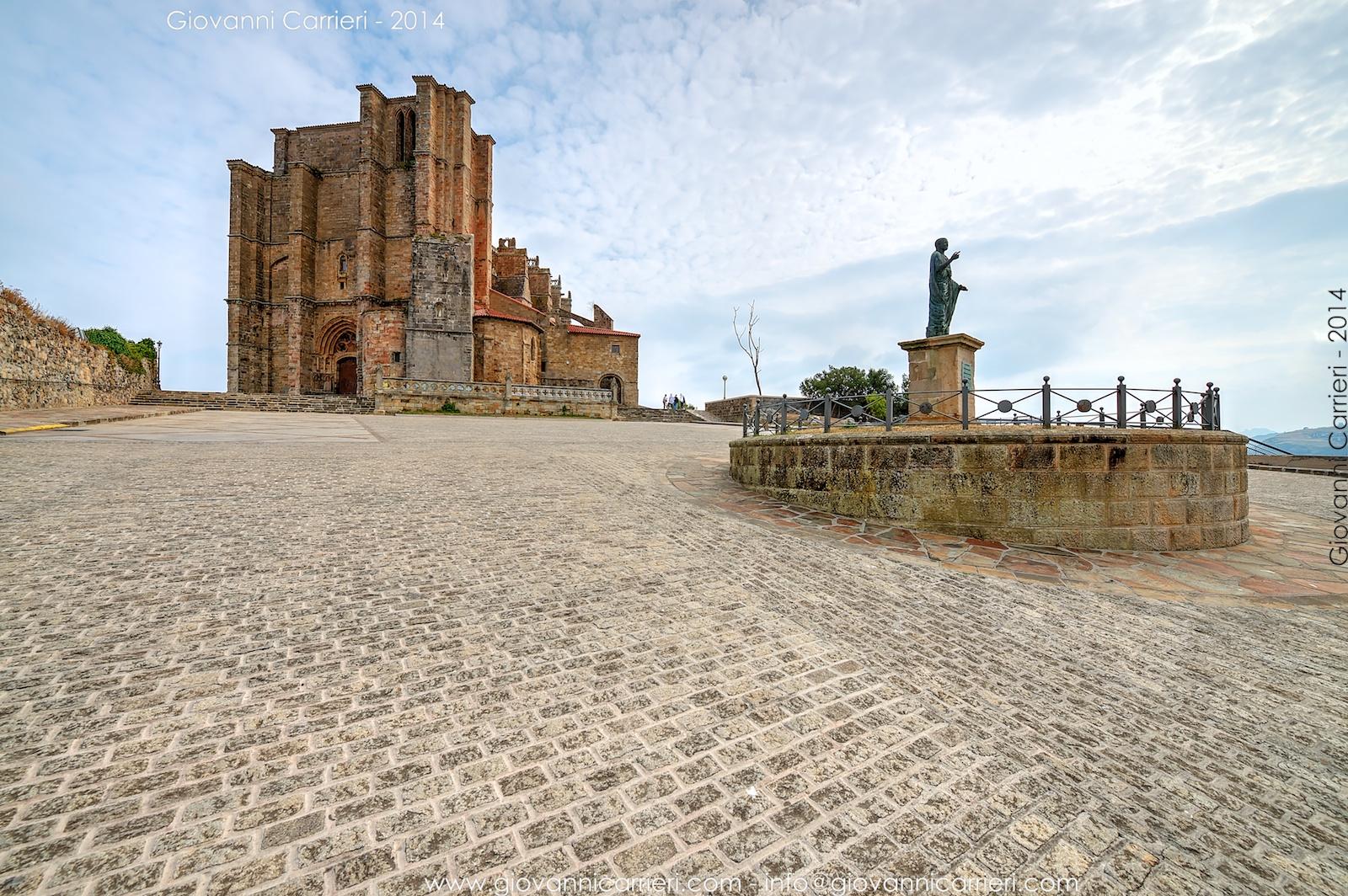 La piazzetta di fronte la chiesa di Santa Maria dell'Assunzione