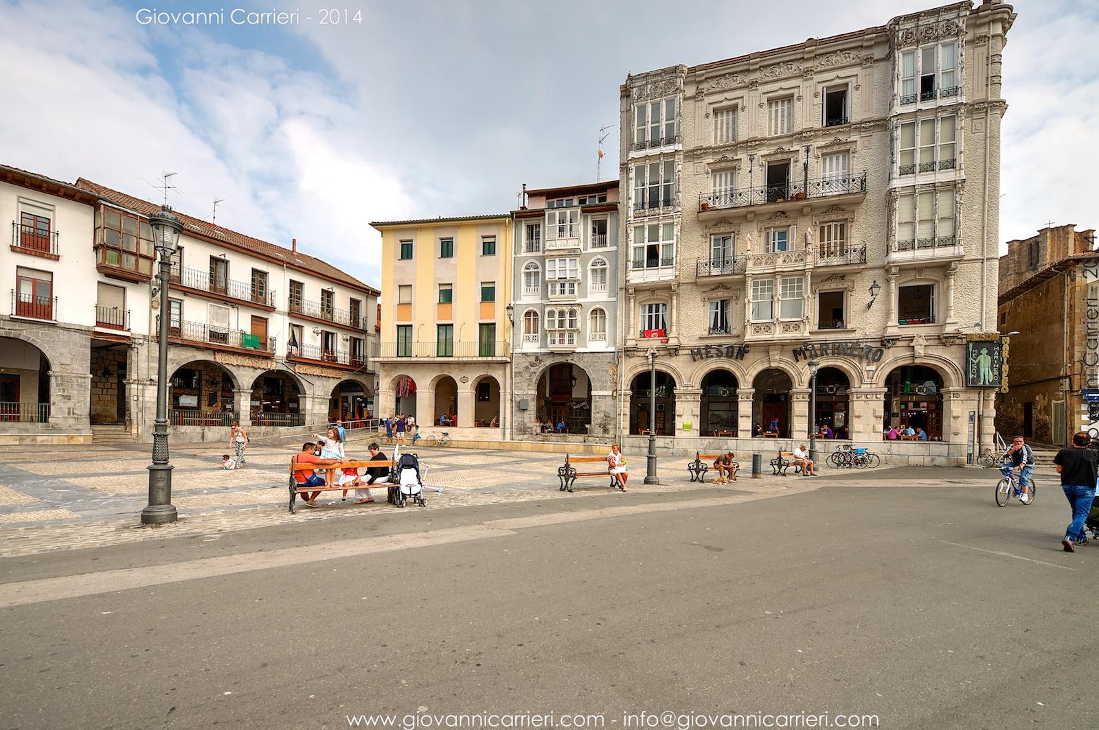 La piazza sul lungomare di Castro Urdiales