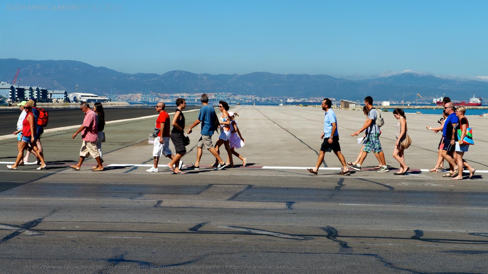 Pedoni sulla pista dell'aereoporto di Gibilterra