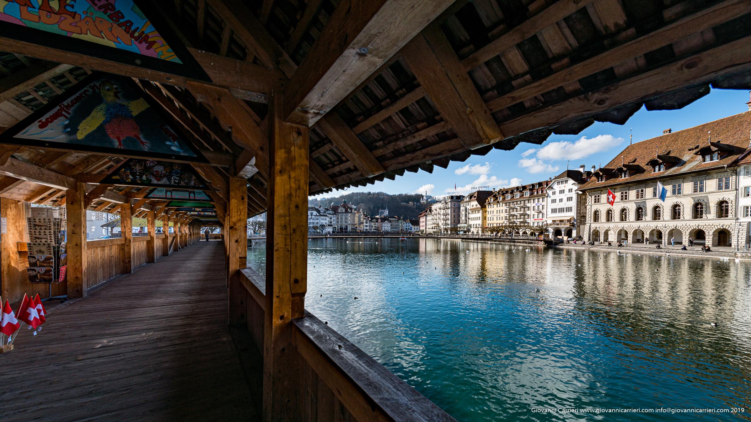 Vista dall'interno del ponte Kapellbrücke di Lucerna e del fiume Reuss