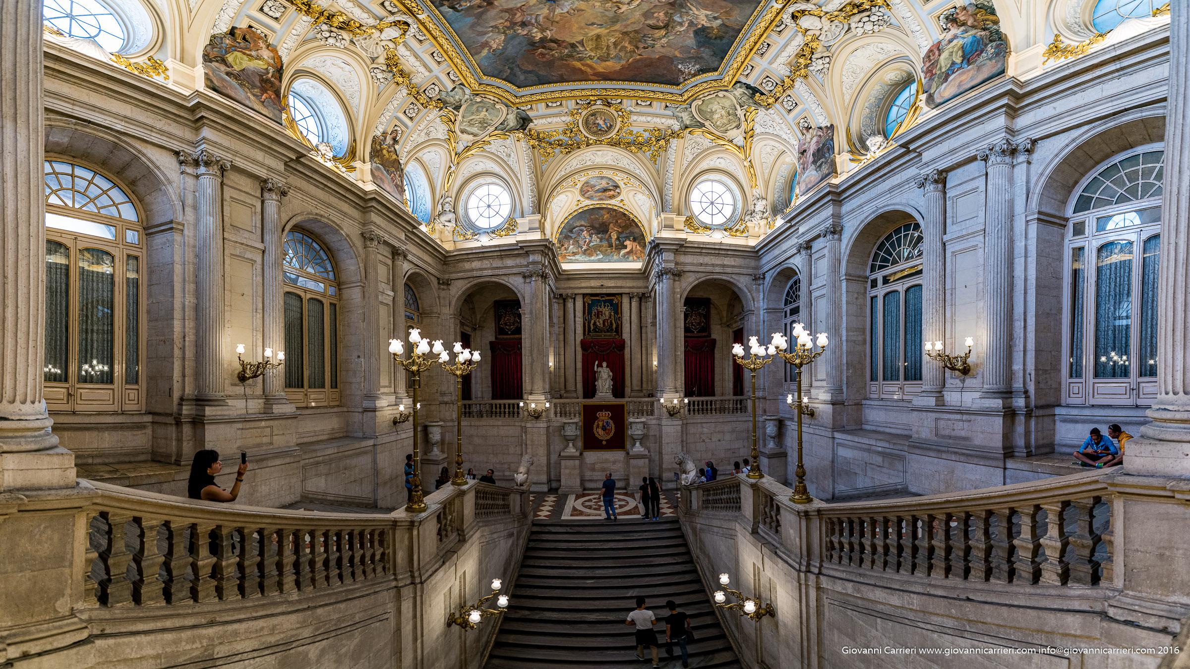Vista grandangolare della scalinata di ingresso nel Palazzo Reale di Madrid