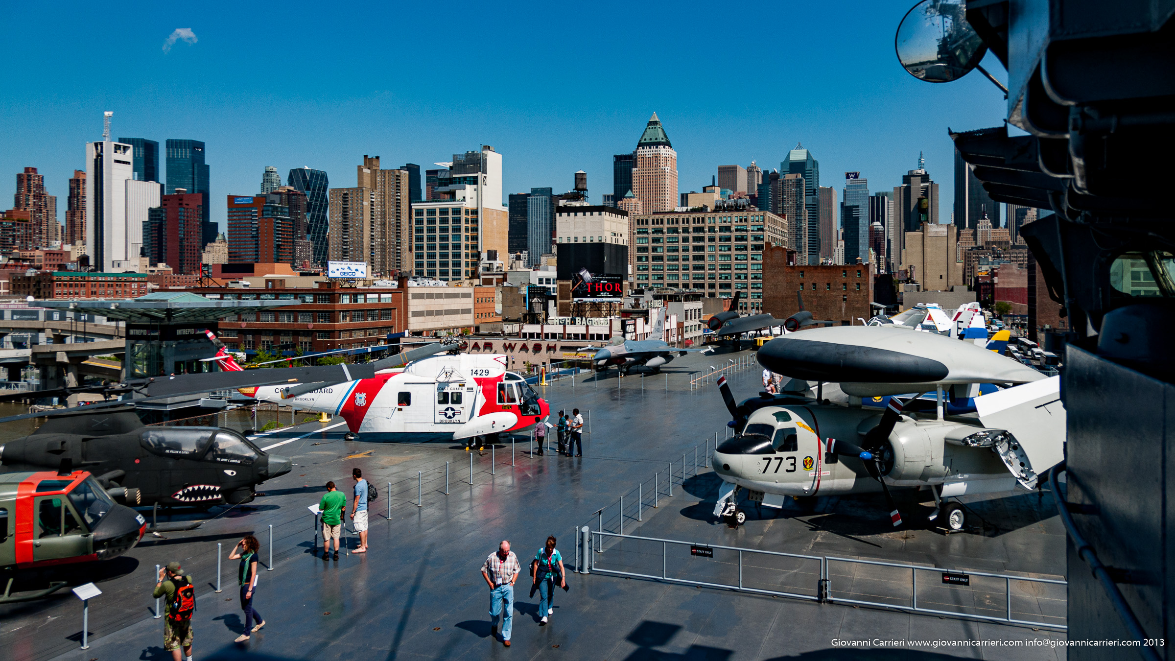 La skyline di Manhattan vista dalla USS Intrepid