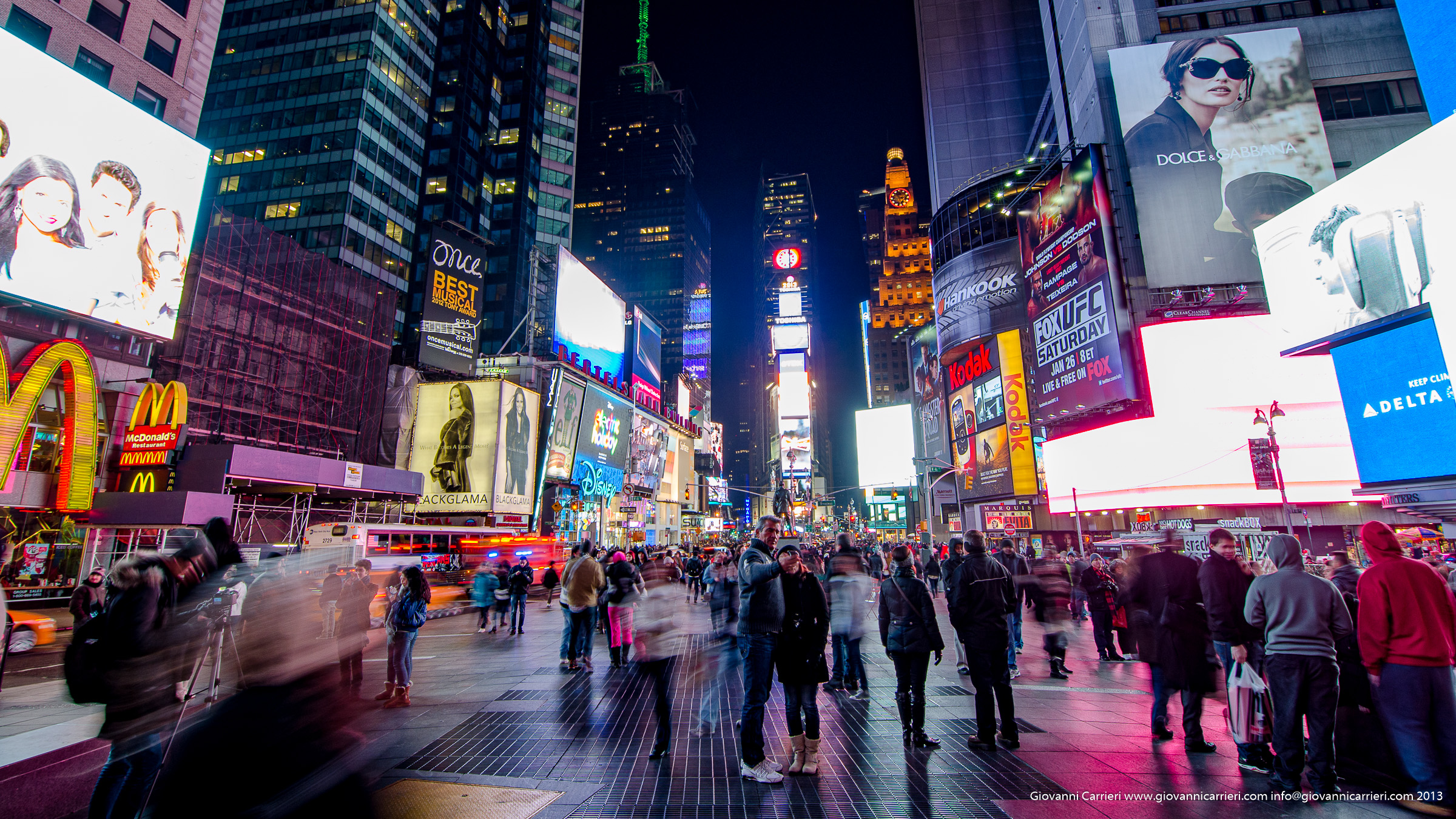 Times Square: uno dei maggiori incroci del distretto newyorkese di Manhattan, all'intersezione tra Broadway e la Seventh Avenue e si estende dalla West 42nd Street alla West 47th Street