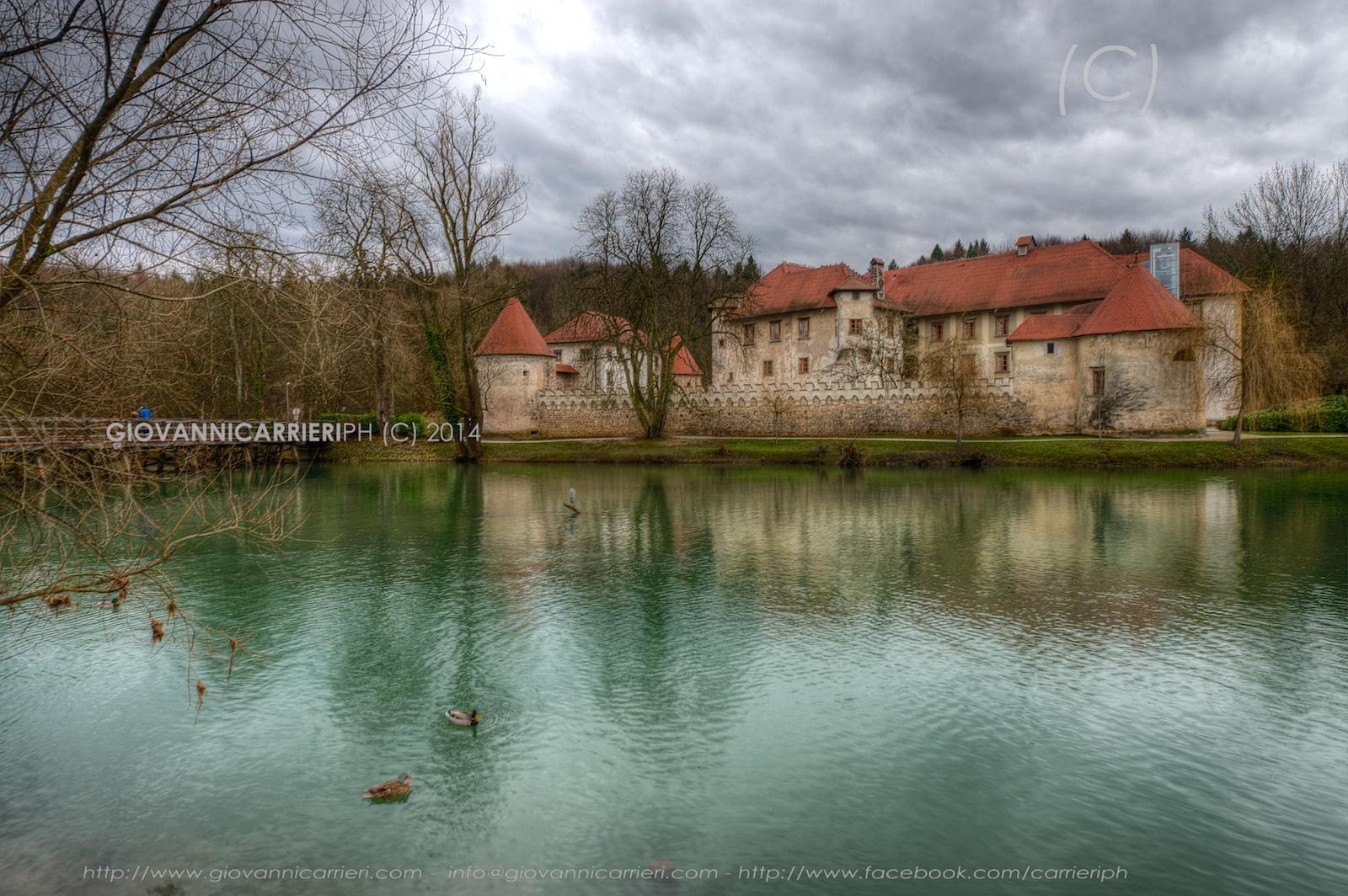 Il castello di Otocec visto da una sponda del fiume Krka - Slovenia