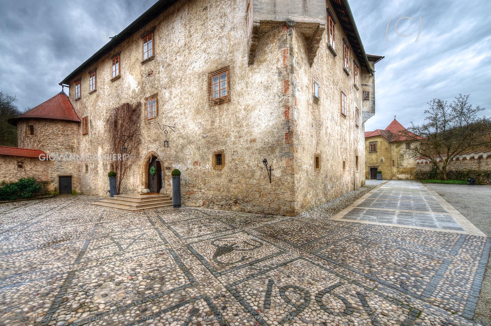 I segni zodiacali arricchiscono il pavimento esterno del castello di Otocec