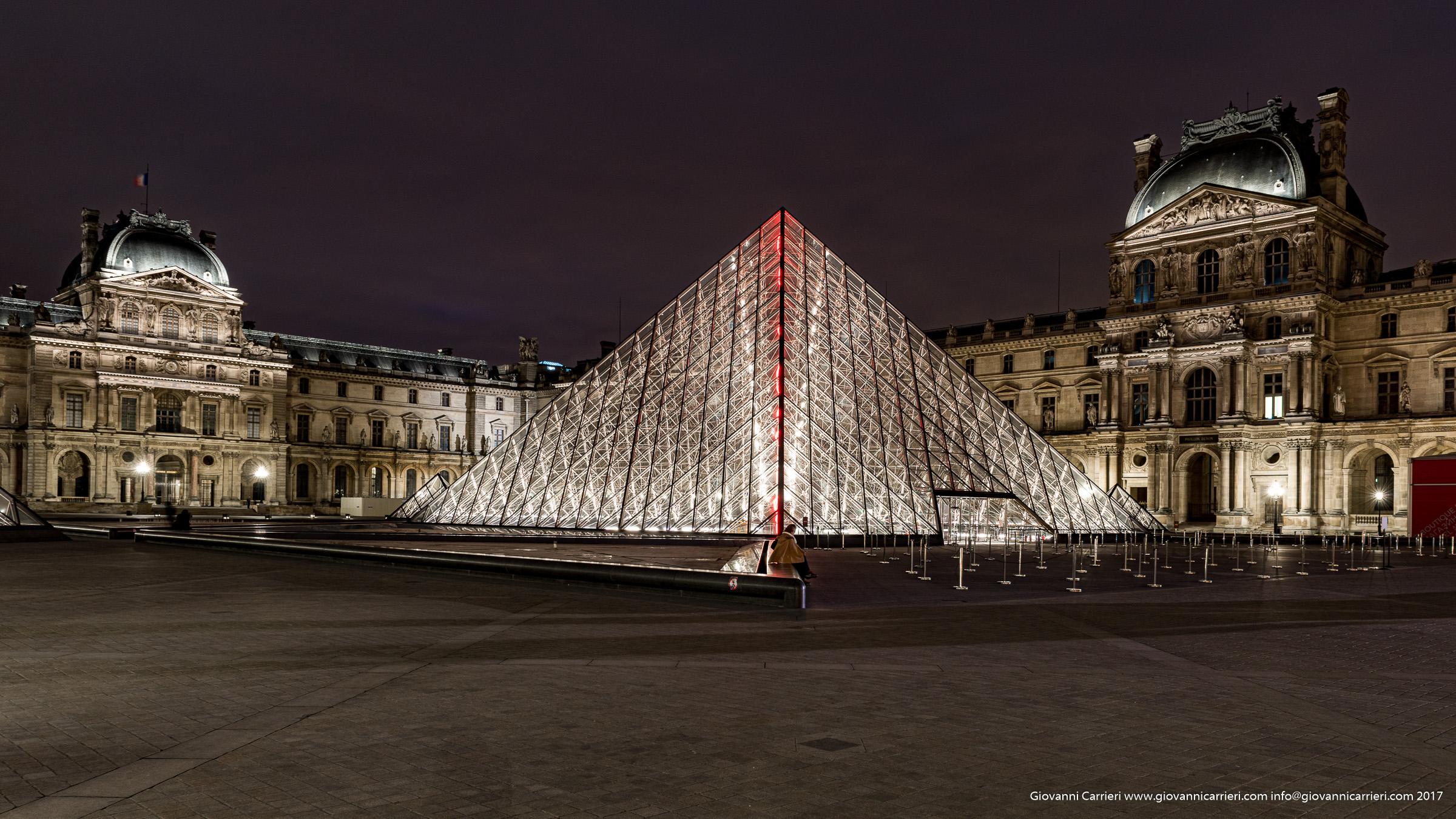 Museo del Louvre - vista esterna sulla Piramide