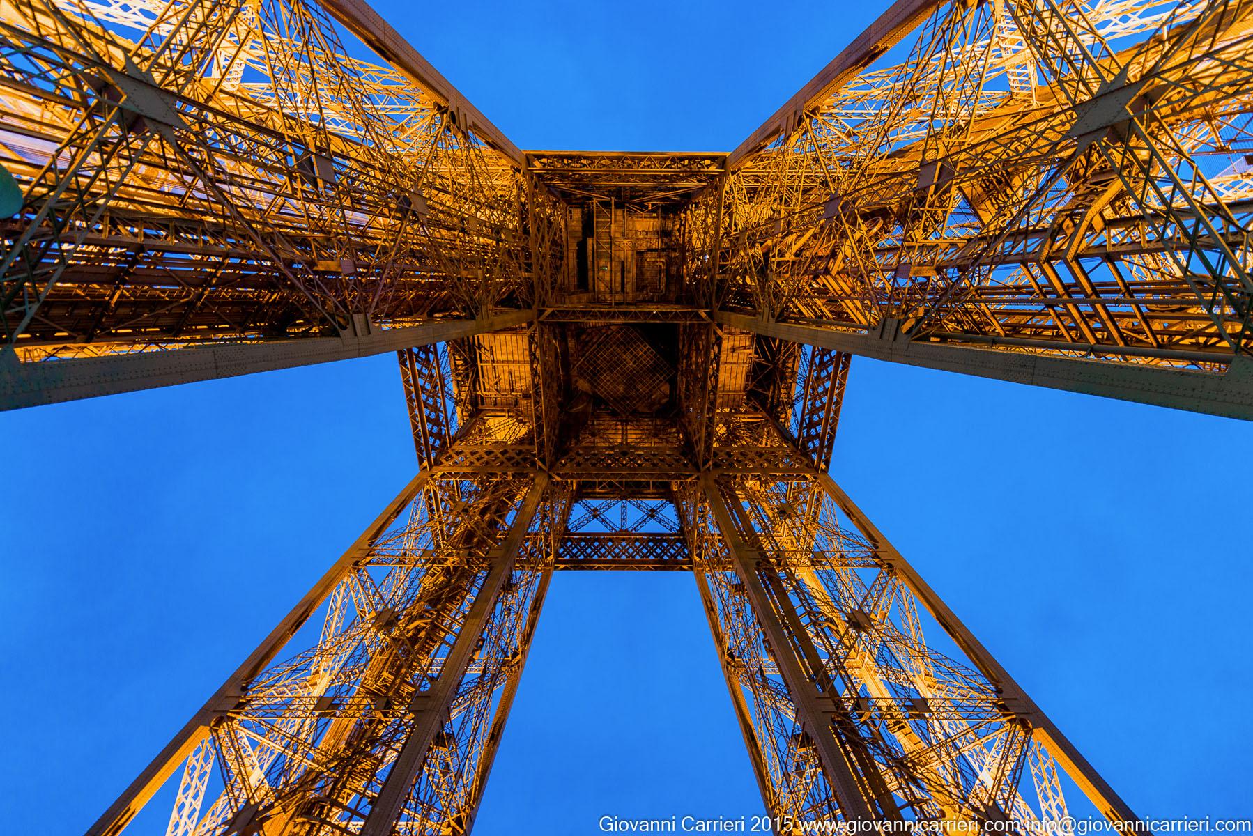 La struttura della Torre Eiffel vista dal primo piano