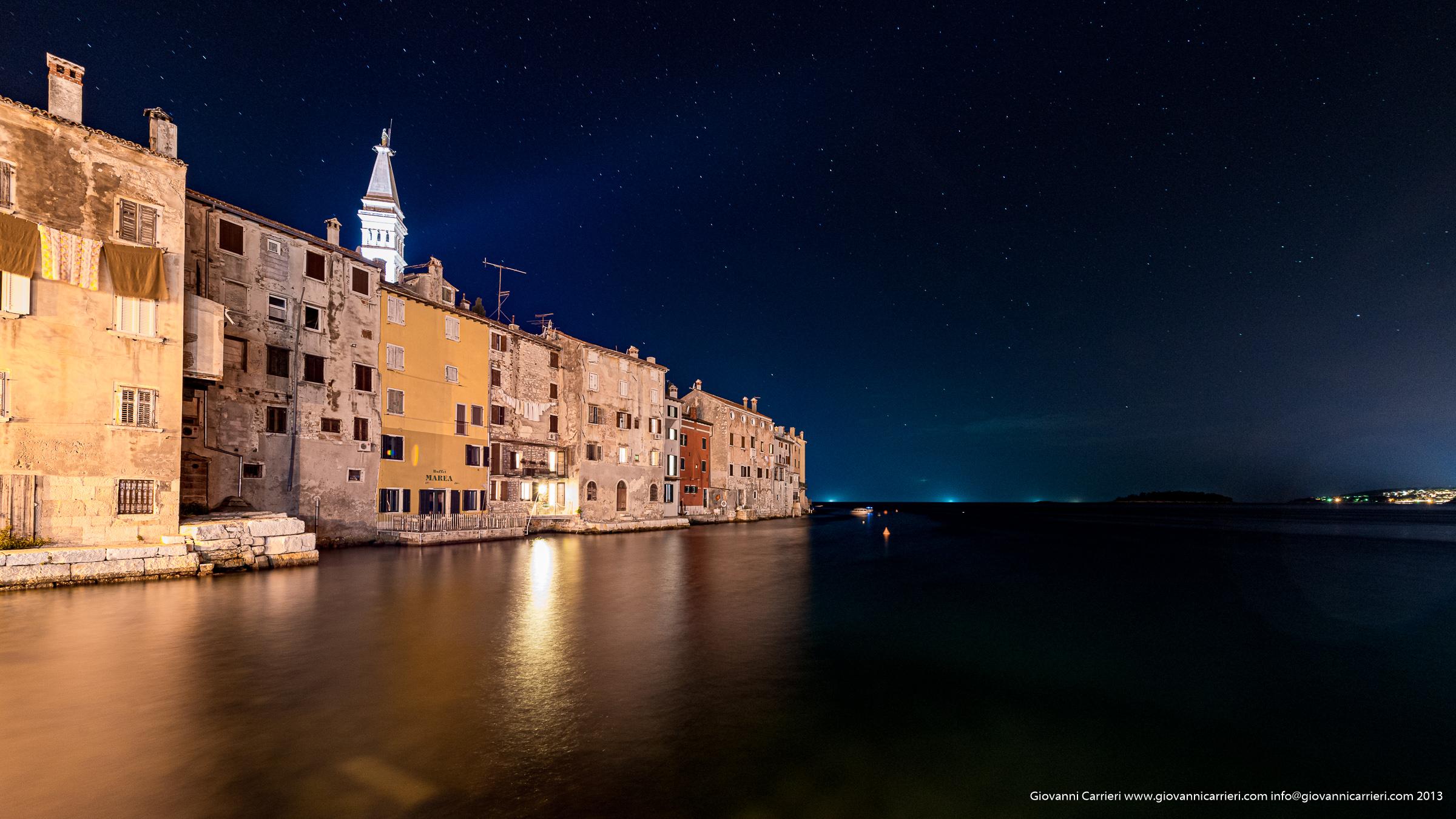 Panorama notturno di Rovigno