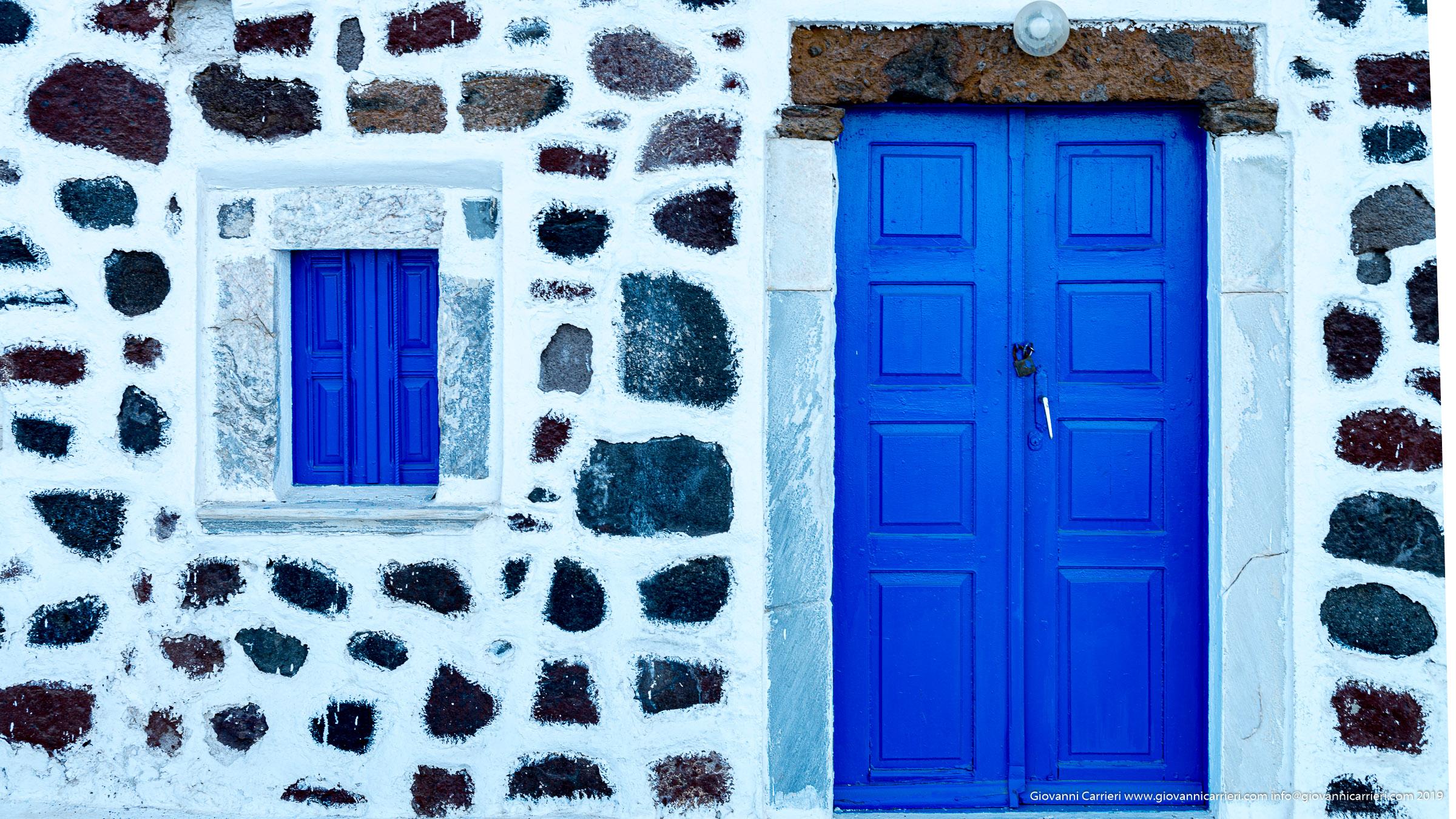 Porta di chiesa affacciata sul mare di Akrotiri - Santorini
