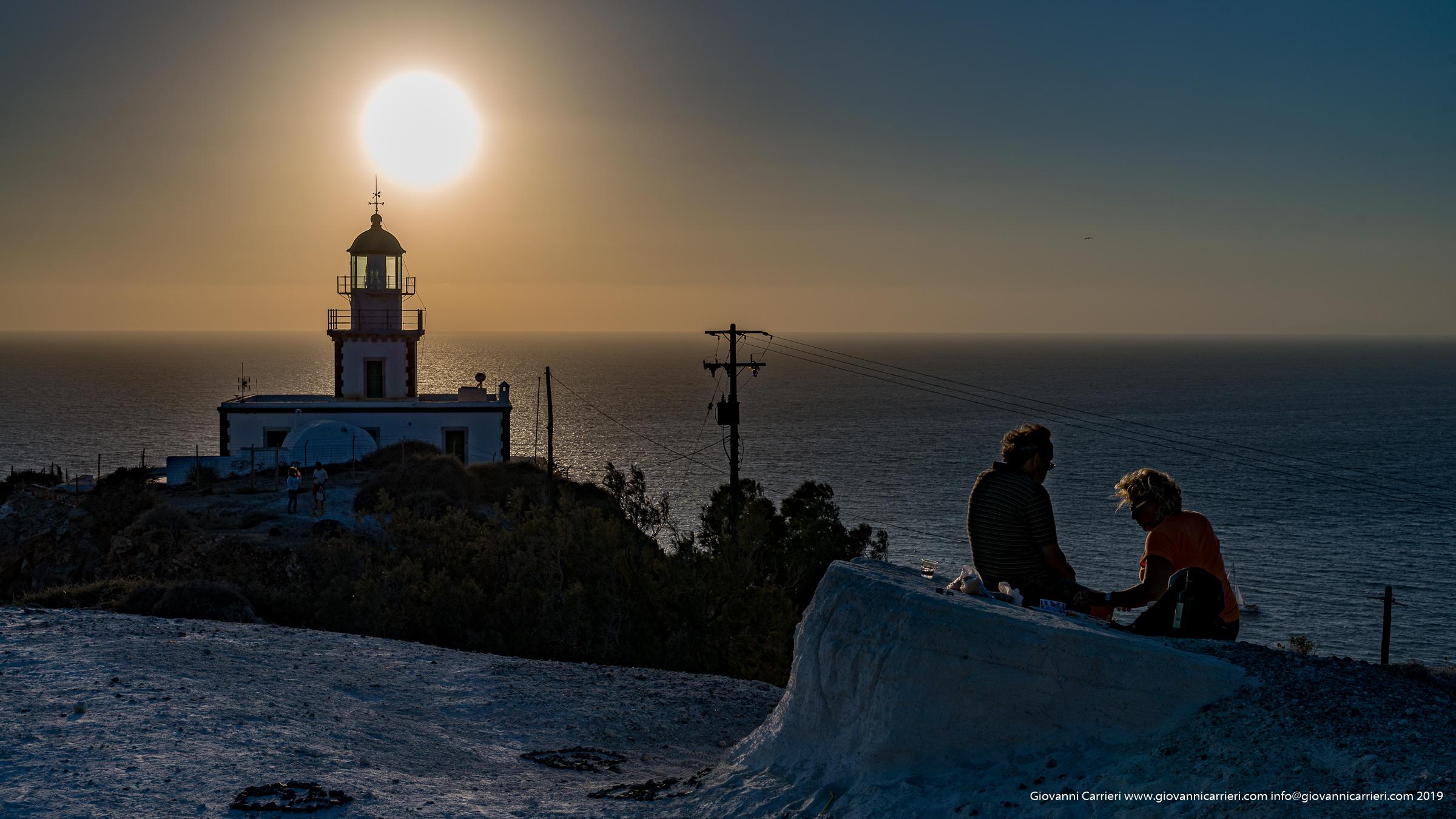 Il faro di Santorini al tramonto