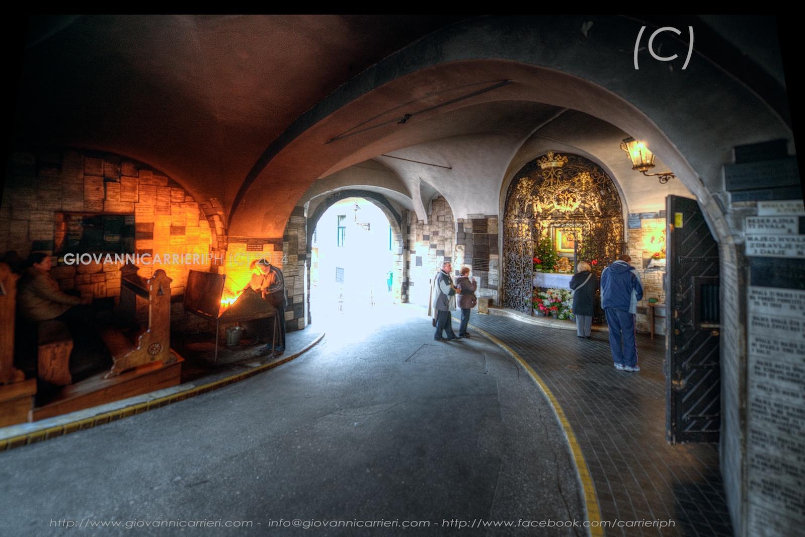 Il varco di pietra, una piccola cappella votiva arricchita da targhe commemorative e da una statua della Vergine Maria - Zagabria