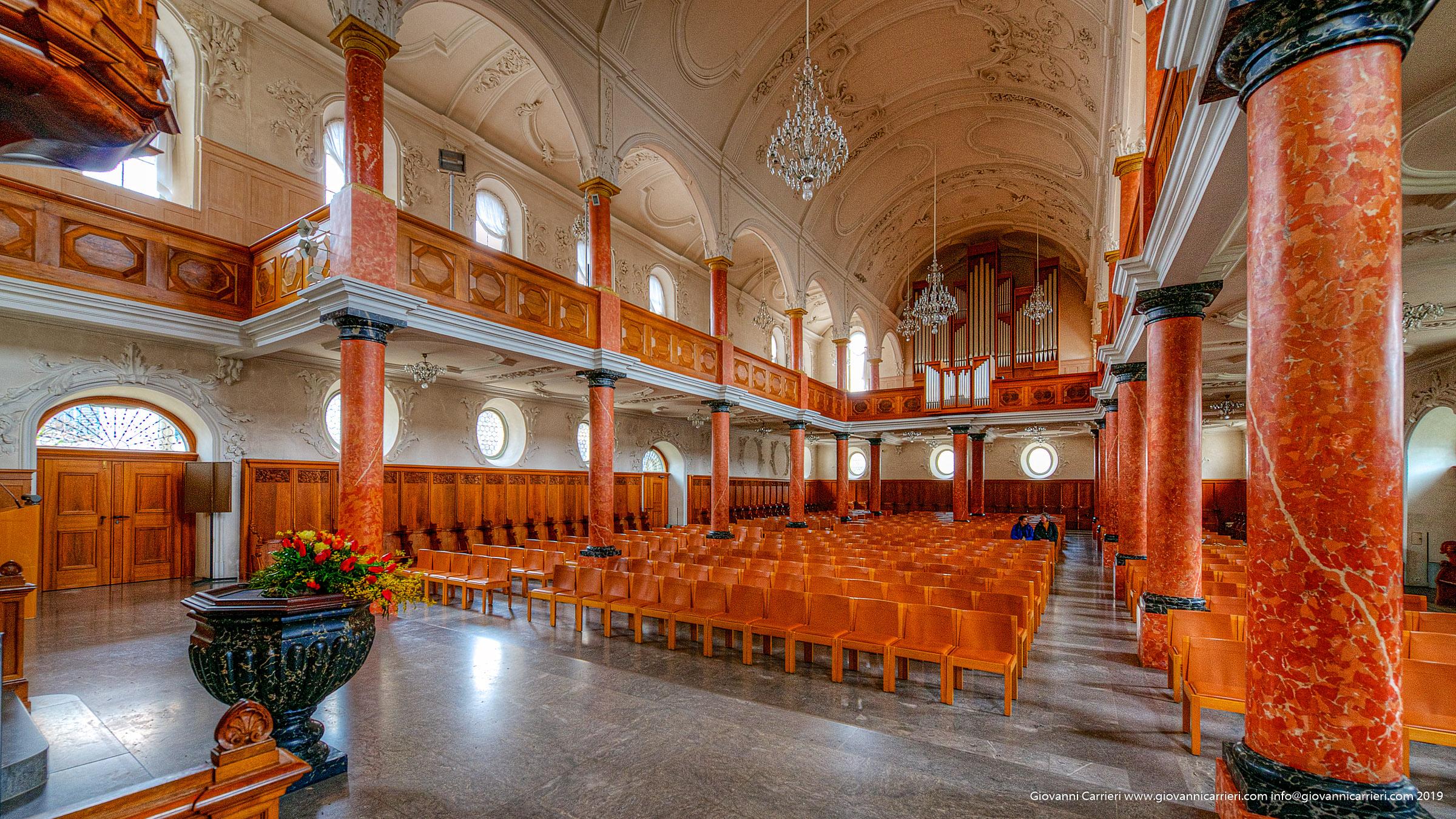 Vista interna della chiesa di San Pietro - Zurigo
